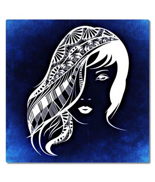 Nainen_hiukset_sininen_tausta_nelio_PA